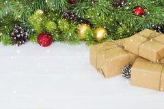Caixas de presente do Natal Presente de Natal em umas caixas de presente na tabela de madeira branca Copie o espaço Foto de Stock
