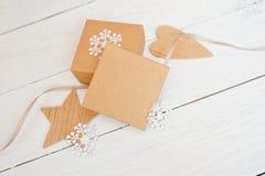 Caixas de presente do Natal do modelo com decorações do Natal Cartão com um presente de Natal, estrela de madeira e Fotos de Stock Royalty Free