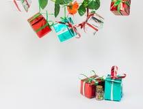 Caixas de presente do Natal no fundo branco Fotografia de Stock