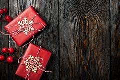 Caixas de presente do Natal no fundo de madeira escuro foto de stock royalty free
