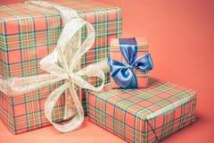 Caixas de presente do Natal no fundo vermelho Foto de Stock