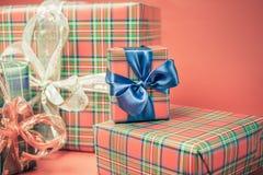 Caixas de presente do Natal no fundo vermelho Fotos de Stock