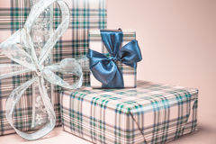 Caixas de presente do Natal no fundo vermelho Imagens de Stock