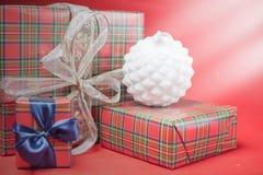 Caixas de presente do Natal no fundo vermelho Imagem de Stock Royalty Free