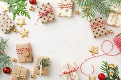 Caixas de presente do Natal, ornamento do ouro, guita & quadro decorados do abeto vermelho no fundo branco imagem de stock