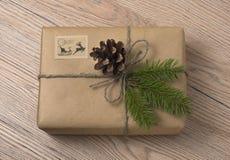 Caixas de presente do Natal ou do ano novo envolvidas no papel de embalagem com abeto foto de stock royalty free
