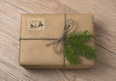Caixas de presente do Natal ou do ano novo envolvidas no papel de embalagem com abeto imagem de stock royalty free