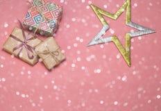 Caixas de presente do Natal Presentes e estrela de Natal na tabela cor-de-rosa Configuração lisa com espaço da cópia Cartão de Na Fotos de Stock