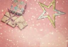 Caixas de presente do Natal Presentes e estrela de Natal na tabela cor-de-rosa Configuração lisa com espaço da cópia Cartão de Na Imagens de Stock