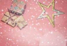 Caixas de presente do Natal Presentes e estrela de Natal na tabela cor-de-rosa Configuração lisa com espaço da cópia Cartão de Na Foto de Stock