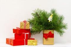 Caixas de presente do Natal Presentes de Natal em umas caixas na tabela de madeira branca Imagem de Stock