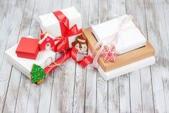 Caixas de presente do Natal sobre o fundo de madeira Fotografia de Stock