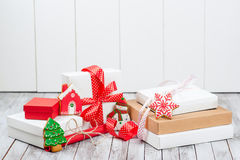 Caixas de presente do Natal sobre o fundo de madeira Fotos de Stock Royalty Free