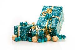Caixas de presente e bolas do Natal, isoladas no branco Foto de Stock Royalty Free