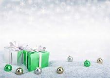 Caixas de presente e bolas do Natal na neve Foto de Stock