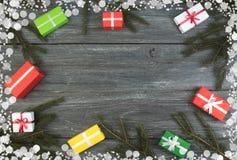 Caixas de presente e presente colorido para o Natal na tabela de madeira Vista superior com espaço da cópia Fotografia de Stock Royalty Free