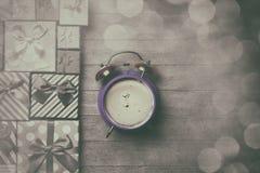 Caixas de presente e despertador Fotografia de Stock