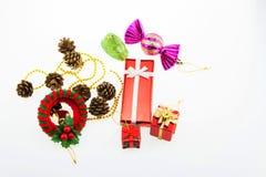 Caixas de presente e dia de Natal da decoração e ano novo isolados Fotos de Stock