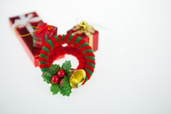 Caixas de presente e dia de Natal da decoração e ano novo isolados imagem de stock royalty free