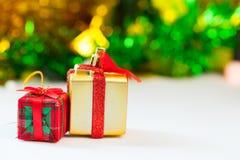 Caixas de presente e dia de Natal da decoração e ano novo isolados foto de stock royalty free