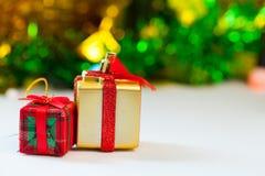 Caixas de presente e dia de Natal da decoração e ano novo isolados imagem de stock