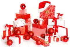 Caixas de presente e esferas do Natal, isoladas no branco Fotos de Stock Royalty Free