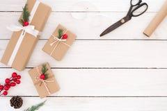Caixas de presente e ferramentas do presente de Natal foto de stock