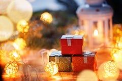Caixas de presente e luzes do Natal do grupo Presentes do ano novo Imagem de Stock Royalty Free