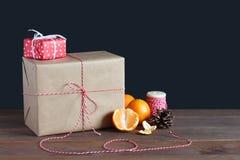 Caixas de presente e tangerinas em uma tabela Imagens de Stock