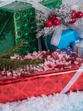 Caixas de presente em um fundo coberto de neve Imagem de Stock Royalty Free
