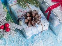 Caixas de presente em um fundo coberto de neve Vista de acima Foto de Stock