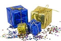 Caixas de presente em um fundo dos confetes Imagens de Stock Royalty Free
