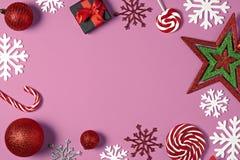 Caixas de presente feitos a mão do Natal decoradas com doces, estrela, flocos de neve brancos na opinião superior do fundo do ros imagem de stock