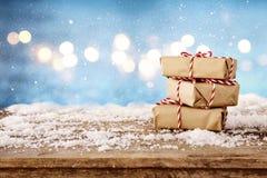 caixas de presente feitos a mão sobre a tabela de madeira nevado Fotografia de Stock