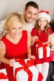 Caixas de presente felizes da abertura da família Imagens de Stock Royalty Free