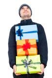 Caixas de presente felizes do Natal da terra arrendada do homem Fotografia de Stock Royalty Free