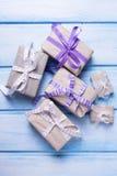 Caixas de presente festivas diferentes com presentes Fotografia de Stock