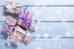 Caixas de presente festivas diferentes com presentes no backg de madeira azul Imagens de Stock