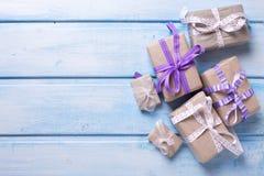 Caixas de presente festivas diferentes com presentes no backg de madeira azul Foto de Stock