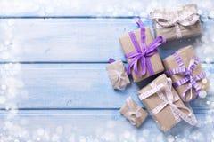 Caixas de presente festivas diferentes com presentes no backg de madeira azul Imagens de Stock Royalty Free