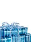 Caixas de presente lustrosas azuis com uma fita Fotos de Stock