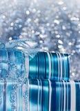 Caixas de presente lustrosas azuis decoradas com uma curva Fotos de Stock