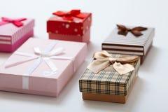 Caixas de presente na opinião superior do fundo branco Convite do casamento, GR Fotos de Stock