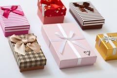 Caixas de presente na opinião superior do fundo branco Convite do casamento, GR Imagem de Stock Royalty Free