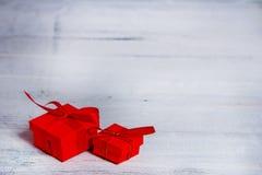 Caixas de presente na tabela de madeira Coleção das caixas de presente no conceito dos feriados da placa de madeira Imagens de Stock Royalty Free