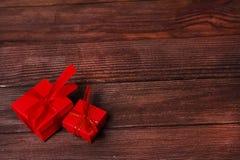 Caixas de presente na tabela de madeira Coleção das caixas de presente no conceito dos feriados da placa de madeira Imagem de Stock