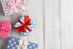 Caixas de presente no fundo branco Foto de Stock