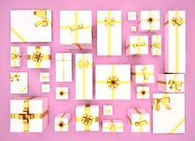 Caixas de presente no fundo cor-de-rosa Vista superior Fundo festivo Foto de Stock Royalty Free