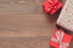 Caixas de presente no superfícies de madeira Imagem de Stock Royalty Free