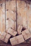 Caixas de presente, pacotes postais na placa de madeira Foto de Stock Royalty Free